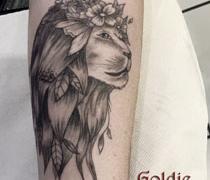 GOLDIE-TATTOO-Tarbes.sept.2019.-web.lion-avec-couronne-de-fleurs-en-gris.jpg