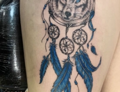 GOLDIE-TATTOO-Tarbesdec..2019.web.piege-a-reve-loup-plumes-bleues.jpg