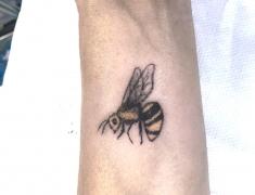 GOLDIE-TATTOO-web.petite-abeille-poignet-.jpg
