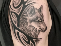 goldie-tattoo-tarbes.web.sept2020.web.loup-et-tribal-epaule-.jpg
