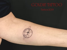 GOLDIE-TATTOO-Tarbes.oct.2019.web.planete-et-avion-minimaliste.jpg