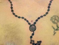 goldie-tattoo-tarbes-07-2014-tour-de-cou-crucifix-et-grains-cafe-hdtv-1080site2.jpg