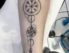 goldie-tattoo-tarbes.web.sept2020.wegvisir-et-croix-basque-.jpg