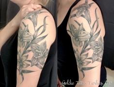 GOLDIE-TATTOO-Tarbes.avril2019.web..bras-fleurs-noir-et-gris.jpg