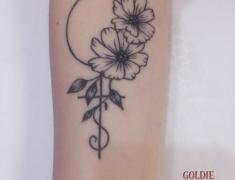 GOLDIE-TATTOO-Tarbes.janvier2020.web..fleurs-initiale-poignet.jpg