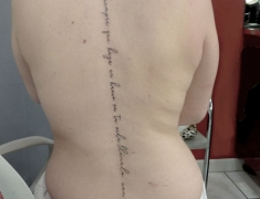 Goldie-Tattoo-Tarbes.mars2019.-web.lotus-et-ecriture-colonnevertebrale.jpg