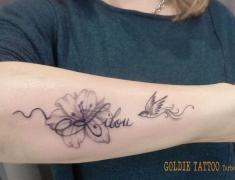 Goldie-Tattoo-Tarbes.mars2019.-web.lys-prenom-et-oiseau.jpg