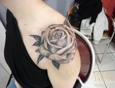 Goldie-Tattoo-Tarbes.mars2019.-web.rose-grise-epaule.jpg