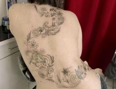Goldie tattoo Tarbes.15.3.2014 farandole fleurs gris et noir [HDTV (1080)site2].jpg