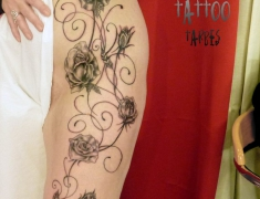 Goldie tattoo tarbes.8.02.2014 roses grimpantes cuisse hanche [HDTV (1080)site2].jpg